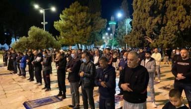 İşgalci Baskını Ardından Mescid-i Aksa'da Sabah Namazı