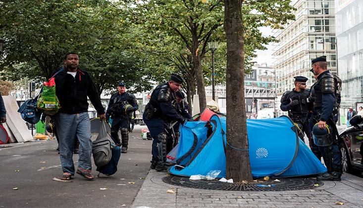 Fransa'da Evsizler Paris Valiliği Önünde Çadır Kurdu