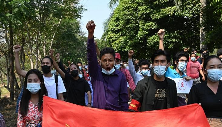 Myanmar'da Darbeye Karşı On Binlerce İnsan Sokakta