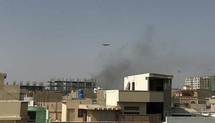 Pakistan'da Dehşet!! Yolcu Uçağı Yerleşim Alanına Düştü