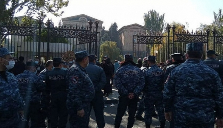 Ermenistanlı Manukyan, Paşinyan'ın İstifası İçin Açlık Grevinde