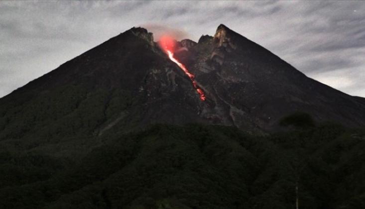 Endonezya'da Merapi Yanardağı'nda Son 6 Saatte 22 Patlama