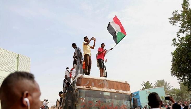 Yüzlerce Kişi Ordunun Yönetimi Devralması İçin Sokaklara Döküldü