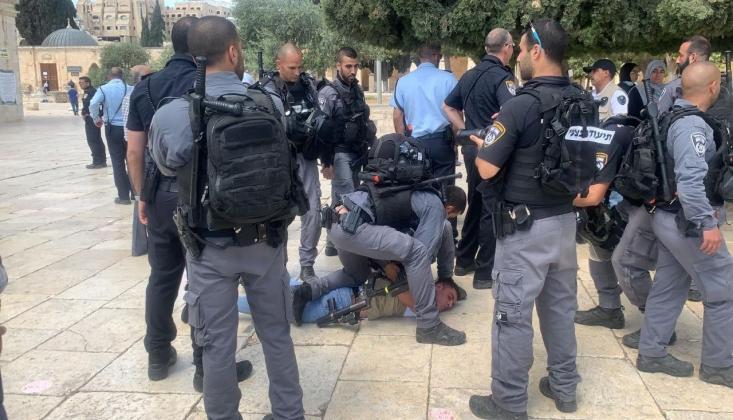 İşgalci İsrail Polisi Mescid-i Aksa'da Filistinlilere Saldırdı