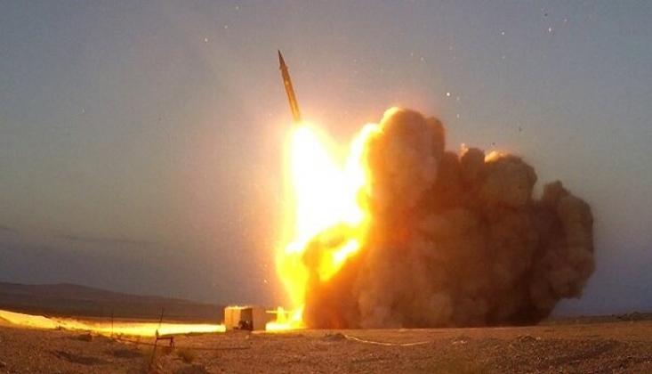 İran Yerli Üretim Füzelerini Tanıttı