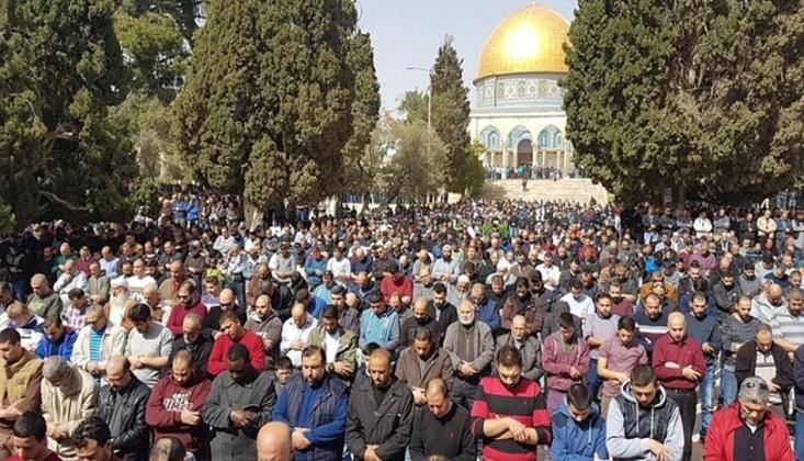 40 Bin Filistinli Cuma Namazını Mescid-i Aksa'da Kıldı