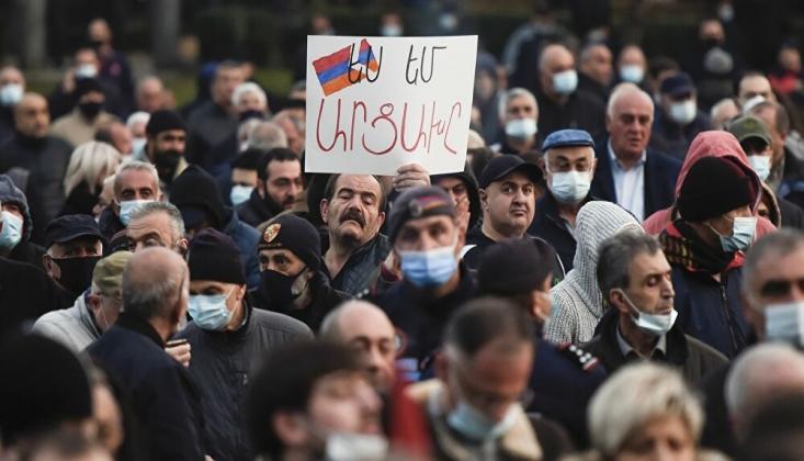 Erivan'da Halk Sokaklara Döküldü