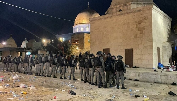 Siyonist Polisler Mescid-i Aksa'da Namaz Kılan Cemaate Saldırdı/Video