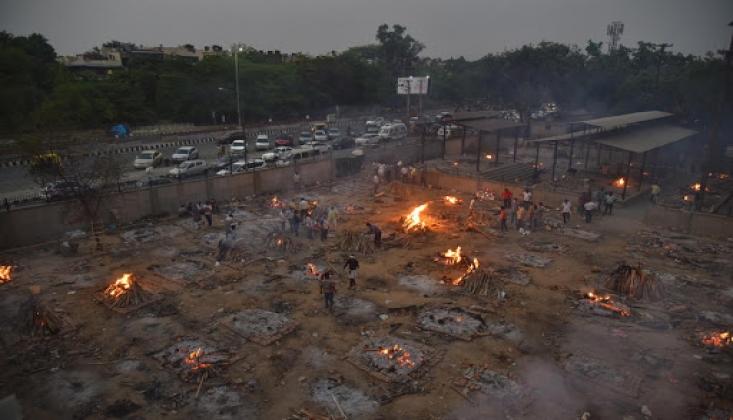 Hindistan'da Cesetler Boş Arazilerde Yakılmaya Devam Ediyor