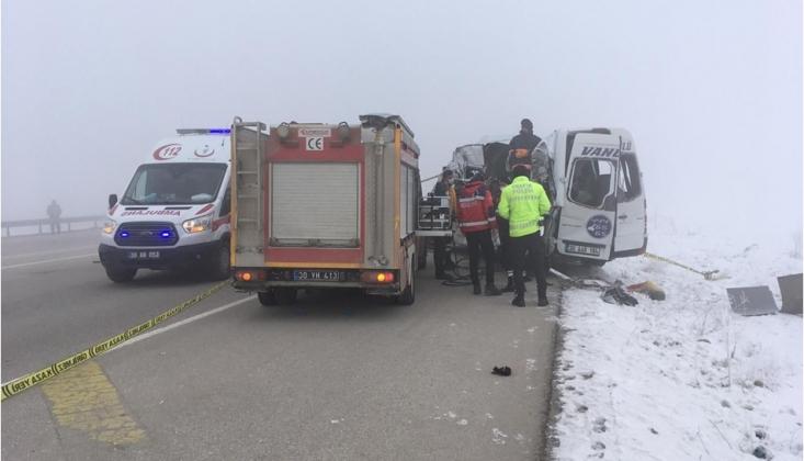 Hakkari'de Yolcu Otobüsü Tırla Çarpıştı: Ölü ve Yaralılar Var