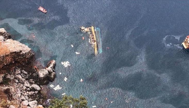 Antalya'da Tur Teknesi Battı!