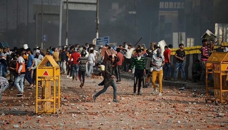 Hindu ve Müslüman Gruplar Çatıştı /FOTO