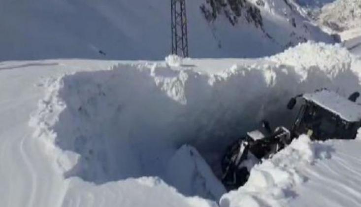 Hakkari'de Kar Kalınlığı İş Makinesinin Boyunu Aştı