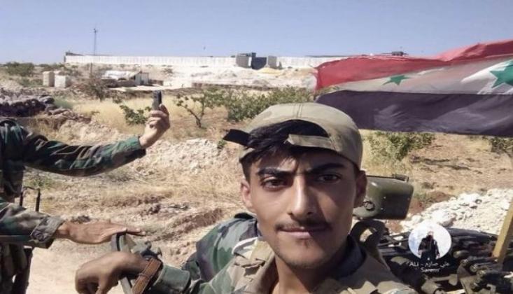 Suriye Askerleri TSK Kontrol Noktası Önünde