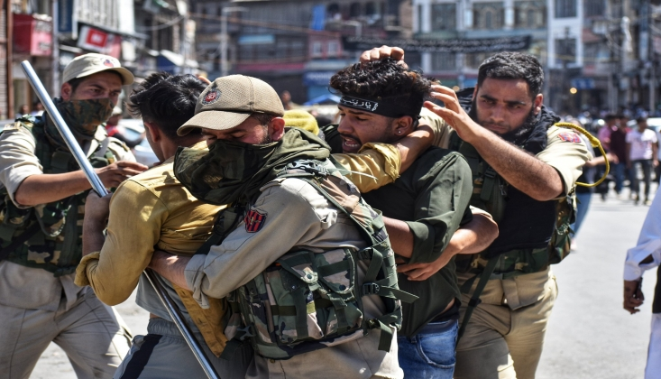 Hindistan Güçleri Keşmir'de Matem Merasimi Düzenleyen Sivillere Saldırdı