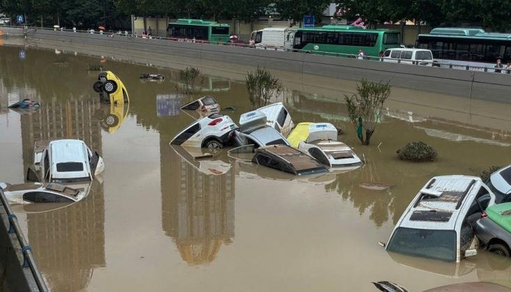 Çin'de Aşırı Yağış Sokakları Nehre Çevirdi