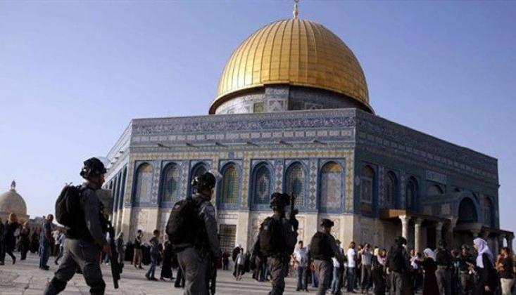 Siyonist İsrail Polisi, Mescid-i Aksa'daki Cemaate Saldırdı