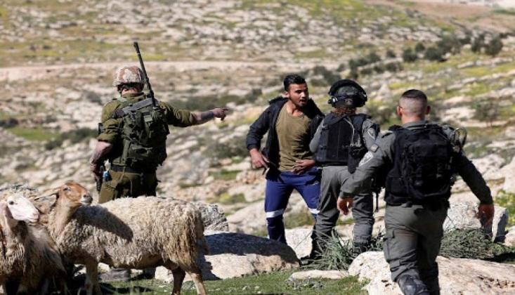 İşgalci Yerleşimciler Filistinlileri Topraklarını Terk Etmeye Zorluyor